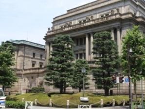 交差点から臨む日本銀行本館.jpg